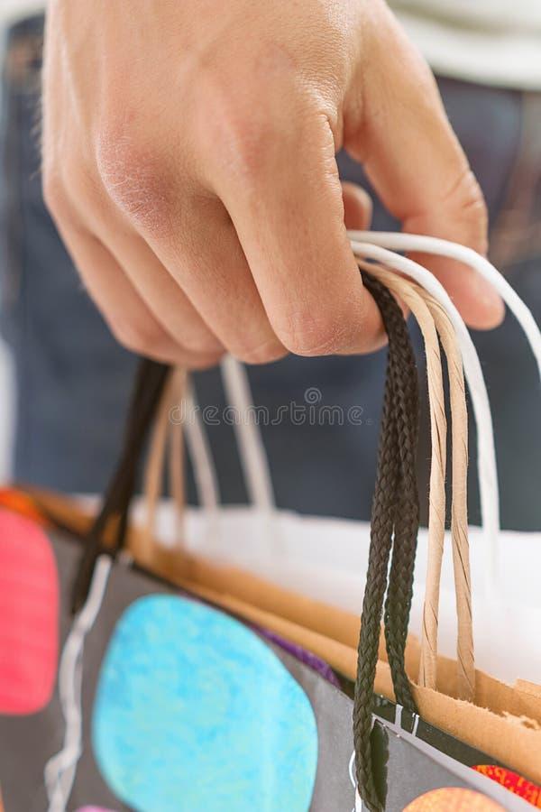 Close-up van mensenholding het winkelen zakken met exemplaarruimte stock foto