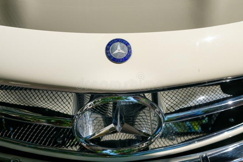 Close-up van Mercedes Benz-embleemontwerp/merknaam bij de voorgrill royalty-vrije stock foto
