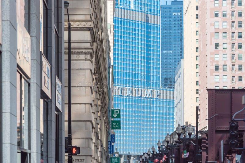 Close-up van merkembleem op buitenkant van Troef Internationaal Hotel, Toren Chicago stock fotografie