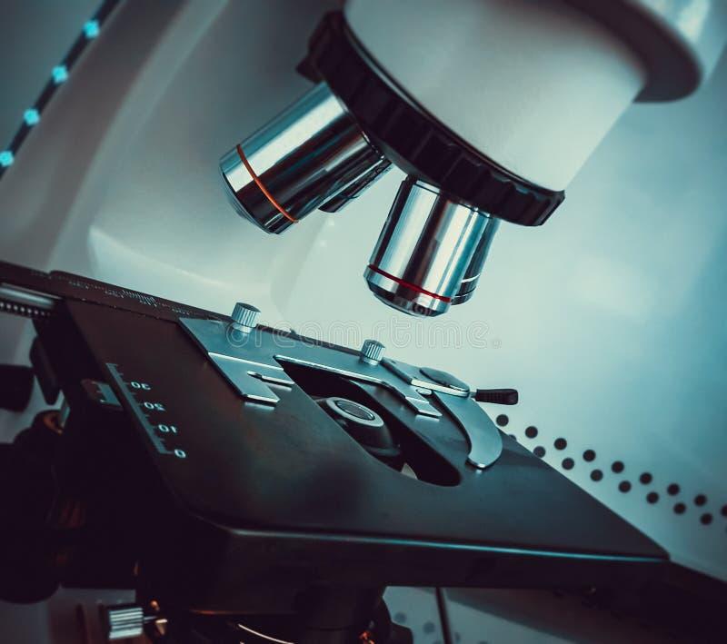Close-up van microscoop met metaallens die wordt geschoten stock foto