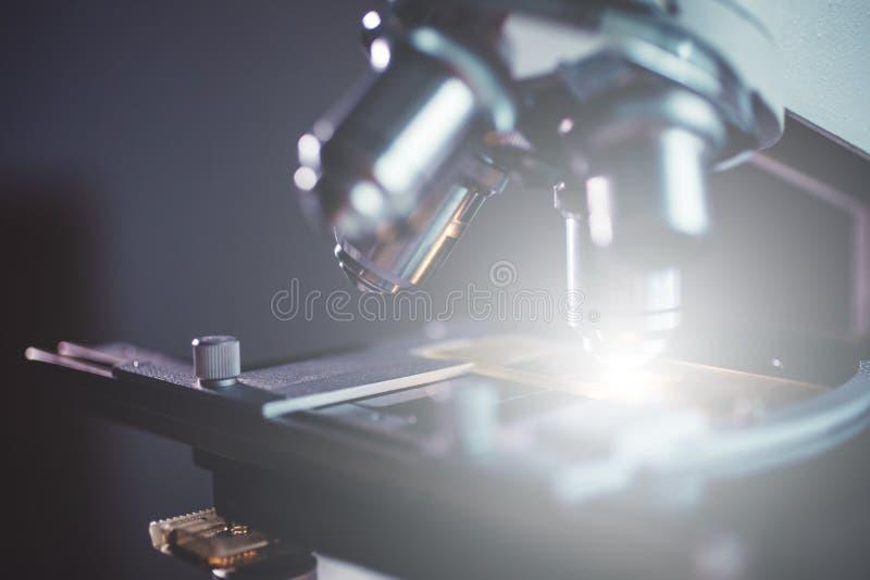 Close-up van microscoop wordt geschoten die stock foto's