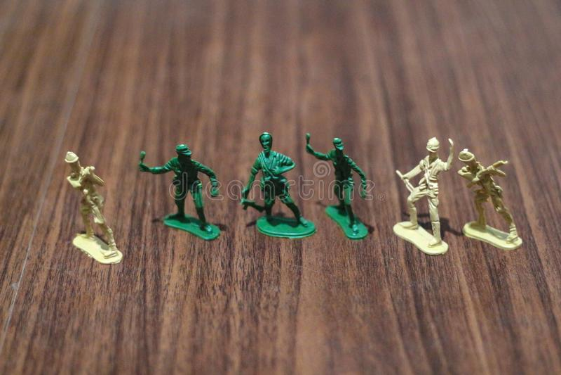 Close-up van miniatuur een groep plastic speelgoedmilitairen bij oorlog stock afbeelding