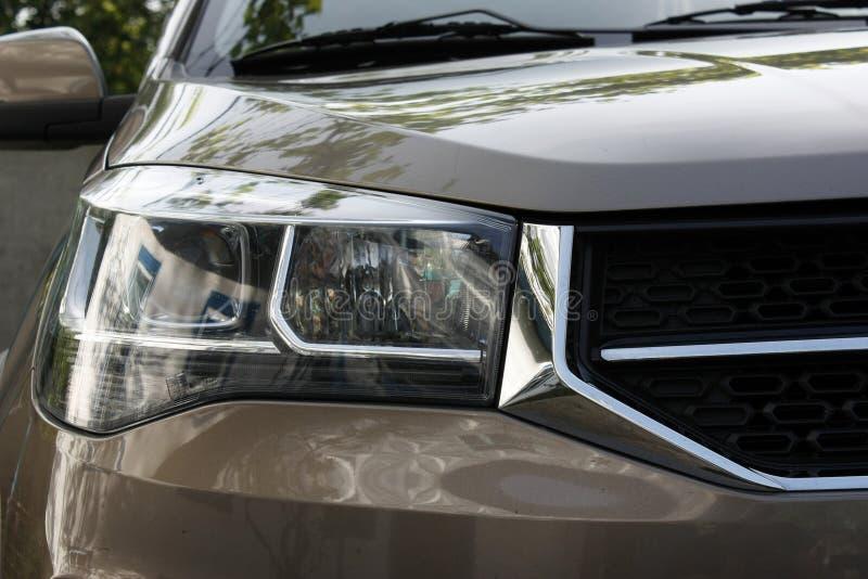 Close-up van moderne automobiel LEIDENE koplampen in openlucht op een bruine auto van een Chinese fabrikant royalty-vrije stock foto's