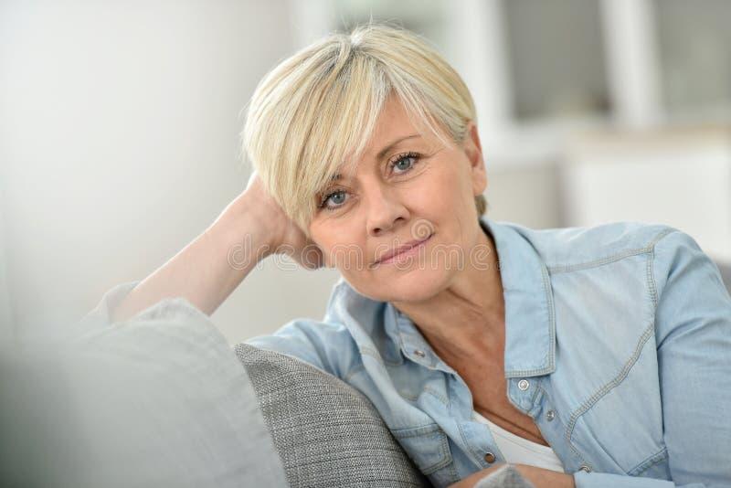 Close-up van moderne hogere vrouw thuis stock foto's