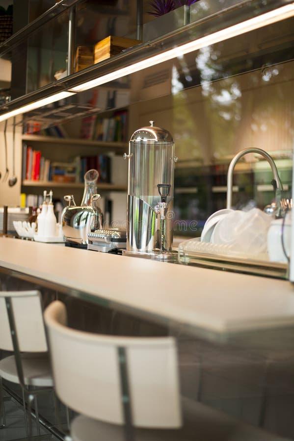 Close-up van moderne keuken voor het eigentijdse leven stock afbeelding