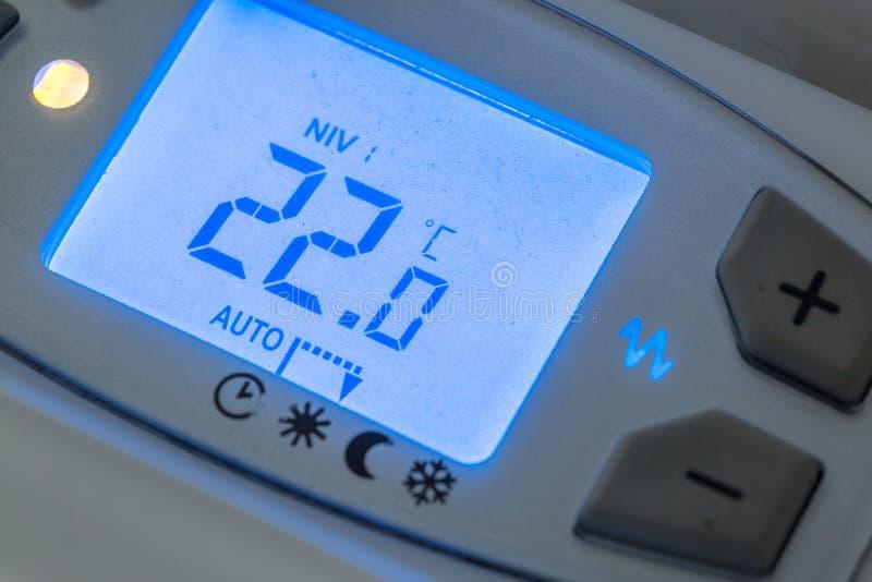 close-up van moderne radiator met digitale temperatuur royalty-vrije stock afbeeldingen