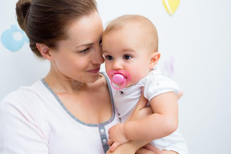 Close-up van moeder en baby met fopspeen stock foto's