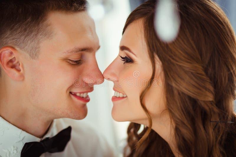 Close-up van mooi huwelijkspaar wat betreft eahc andere neuzen royalty-vrije stock afbeelding
