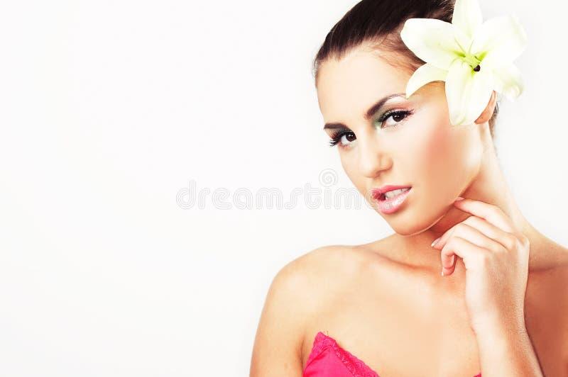 Close-up van mooi meisje met bloemen stock afbeelding
