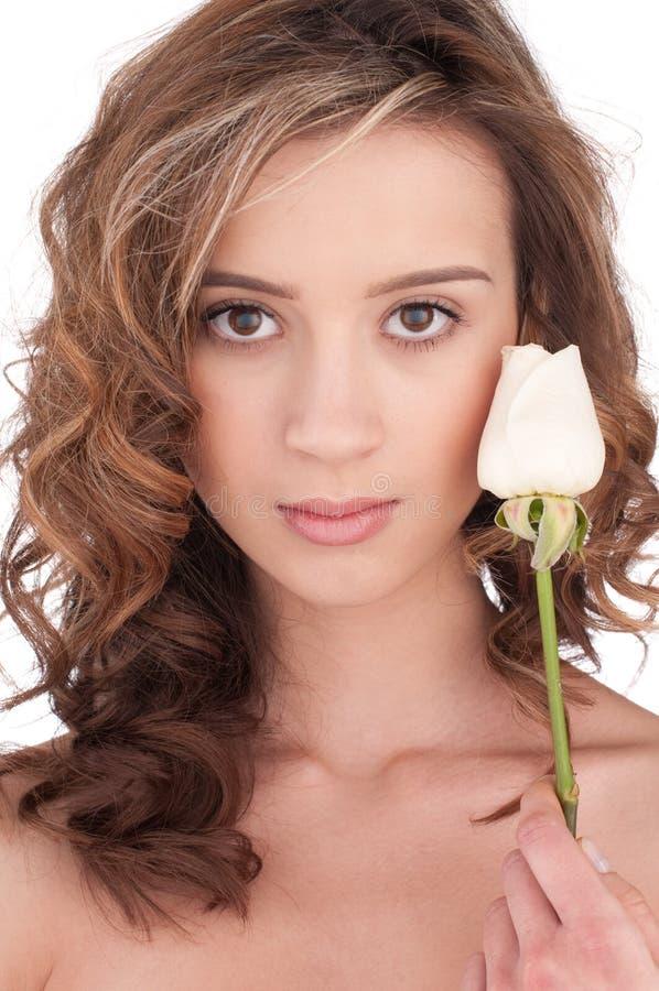 Close-up van mooi meisje met witte roze bloem stock fotografie