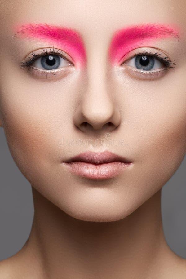 Close-up van mooi modelgezicht met manier roze samenstelling, schone huid royalty-vrije stock fotografie