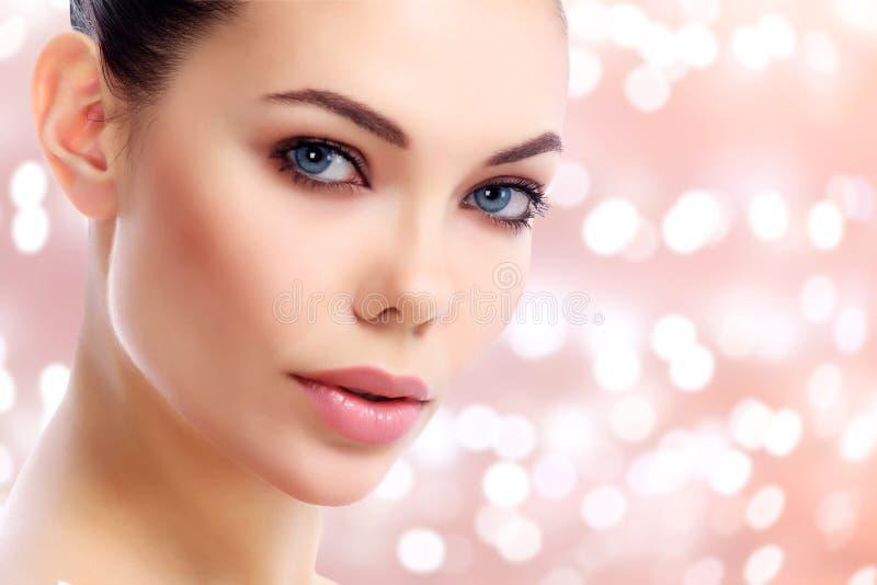Close-up van mooi vrouwelijk gezicht wordt geschoten dat royalty-vrije stock fotografie