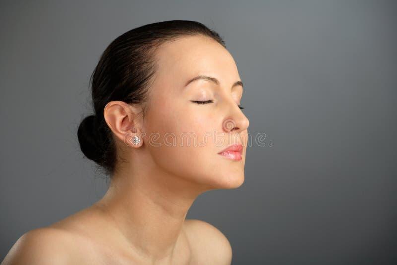 Close-up van mooi vrouwengezicht, en dichte ogen stock foto's