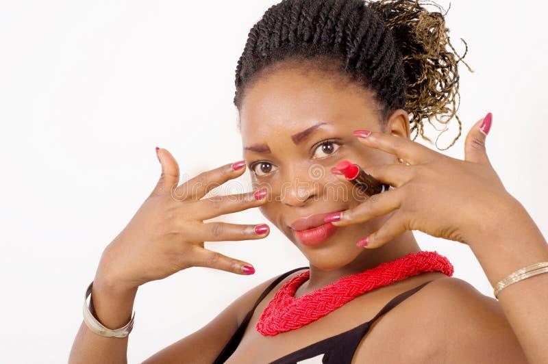Close-up van mooie Afrikaanse Amerikaanse vrouw die haar spijkers tonen va stock fotografie