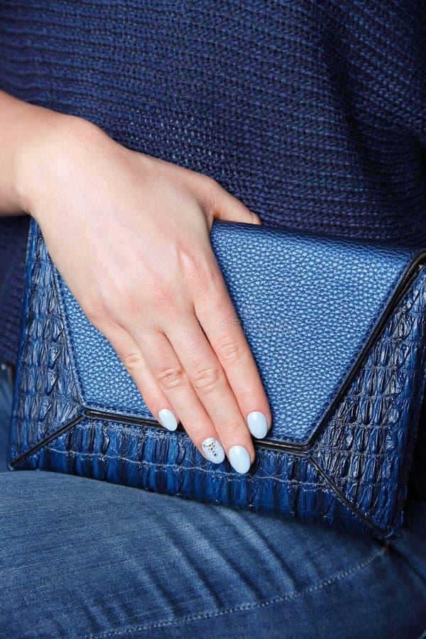Close-up van mooie blauwe spijkers royalty-vrije stock foto