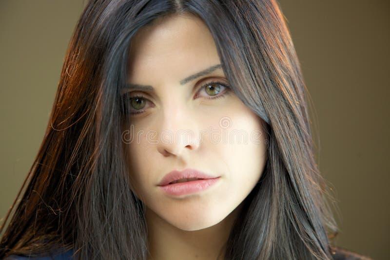 Close-up van mooie donkerbruine vrouw het kijken camera royalty-vrije stock foto's
