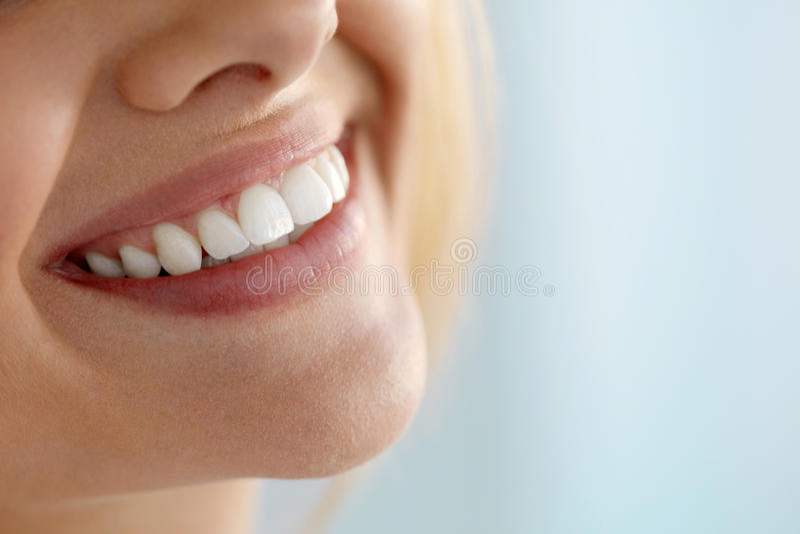 Close-up van Mooie Glimlach met Witte Tanden Vrouwenmond het Glimlachen royalty-vrije stock fotografie