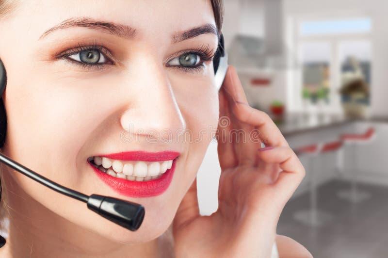 Close-up van mooie jonge glimlachende vrouw met hoofdtelefoon stock foto's