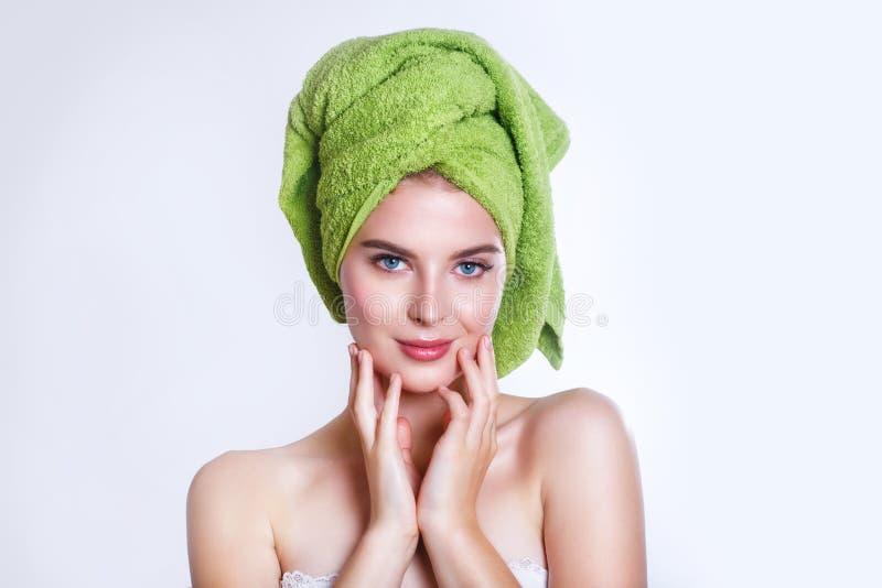 Close-up van mooie jonge vrouw met groene badhanddoek royalty-vrije stock fotografie