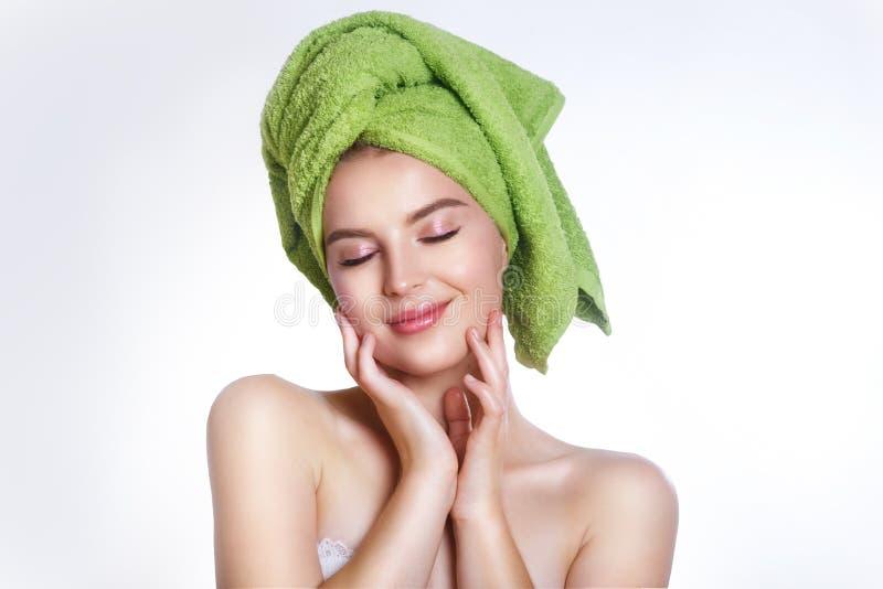 Close-up van mooie jonge vrouw met groene badhanddoek stock afbeeldingen