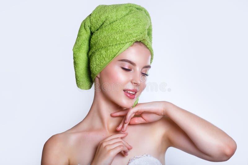 Close-up van mooie jonge vrouw met groene badhanddoek stock fotografie