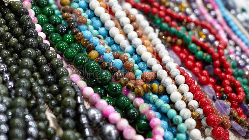 Close-up van mooie parelshalsband van gekleurde stenen met bea royalty-vrije stock fotografie