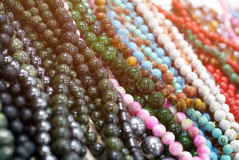 Close-up van mooie parelshalsband van gekleurde stenen met bea royalty-vrije stock afbeelding