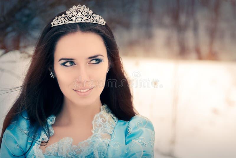 Close-up van Mooie Sneeuwkoningin in de Winterdecor royalty-vrije stock foto's
