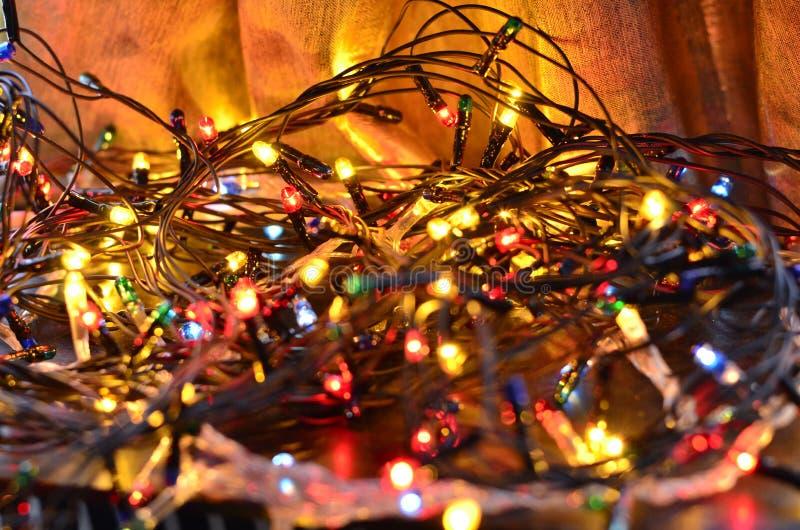 Close-up van multi-colored lichtgevende Kerstmisslingers met een zachte vage achtergrond royalty-vrije stock foto's