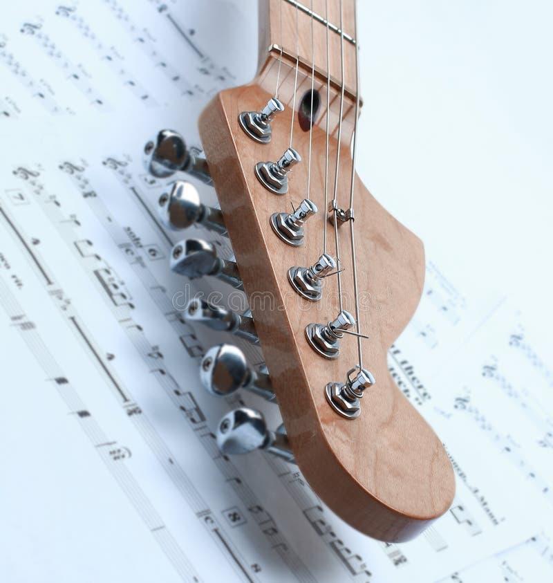 Close-up van muziekbladen en zwart-witte elektrische gitaar ISO royalty-vrije stock fotografie