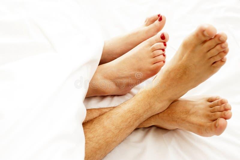 Close-up van naakte voeten die van liefdepaar, opmaken