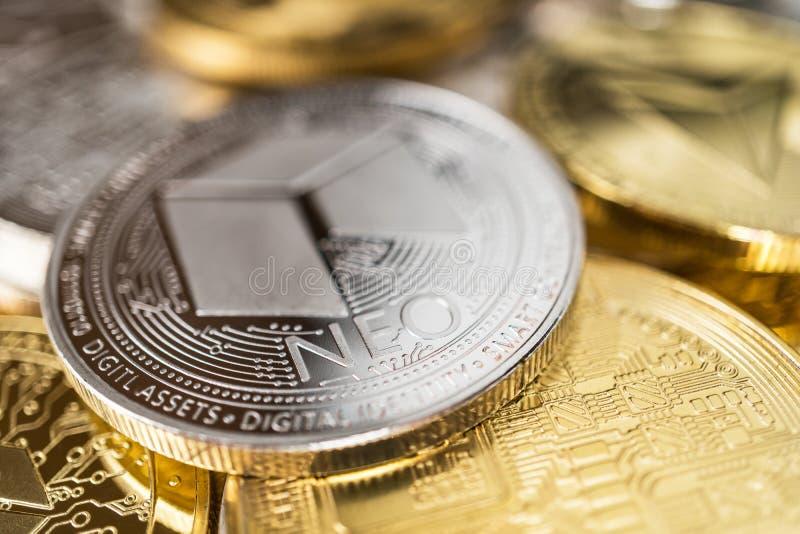Close-up van neo fysiek muntstuk op stapel veel andere cryptocurrencies royalty-vrije stock afbeeldingen
