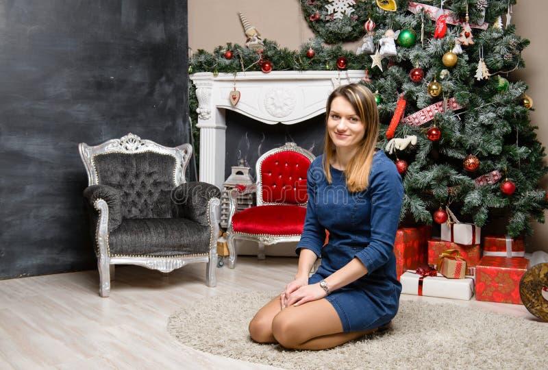 Close-up van niet geïdentificeerde jonge positieve vrouw in kledingszitting o royalty-vrije stock foto