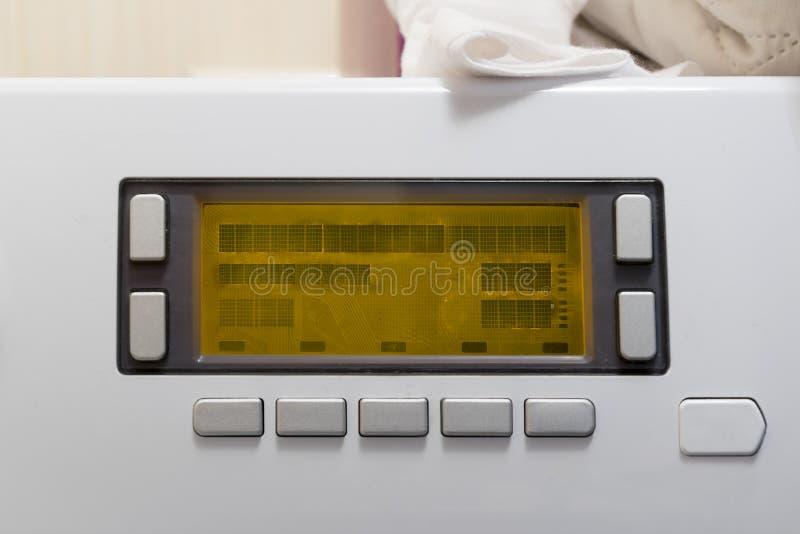 Close-up van nieuw wit wasmachinecontrolebord met vertoning en knopen stock foto's