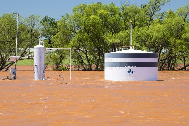 Close-up van olietank onder water als resultaat van van het Midwesten onweren en flits overstroming royalty-vrije stock afbeeldingen