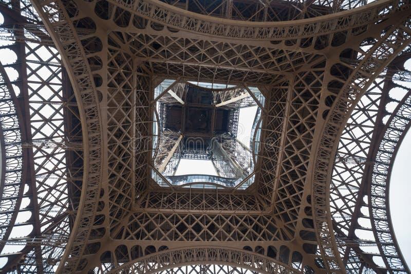 Close-up van onder de Toren die van Eiffel wordt geschoten De Toren van Eiffel van onderaan royalty-vrije stock foto's