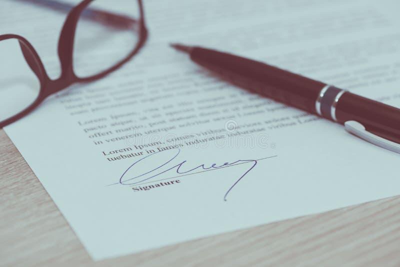 Close-up van ondertekend contract stock fotografie