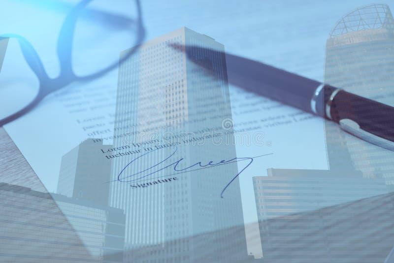 Close-up van ondertekend contract, dubbele blootstelling stock afbeeldingen