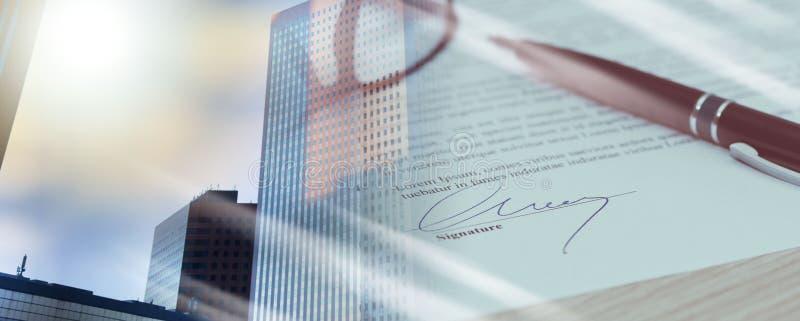 Close-up van ondertekend contract; veelvoudige blootstelling royalty-vrije stock afbeeldingen