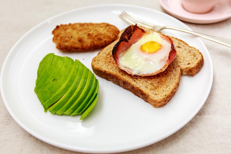 Close-up van ontbijt met ei, bacon en toost, avocado royalty-vrije stock foto