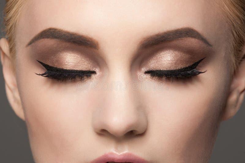 Close-up van oogmake-up stock afbeeldingen