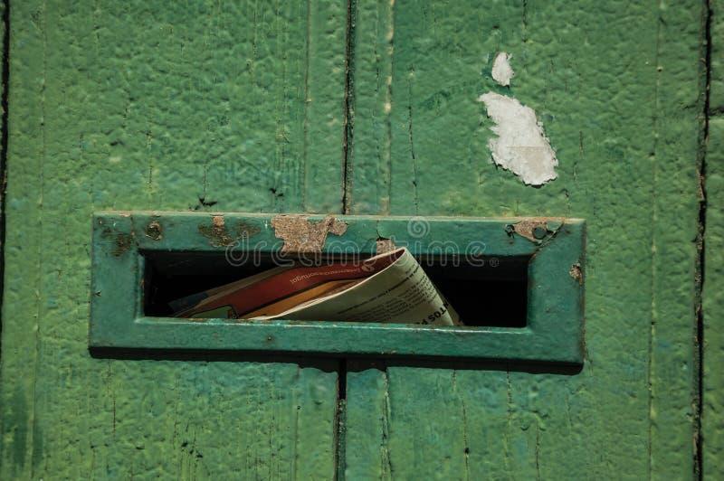 Close-up van opening voor post in oude houten deur stock fotografie