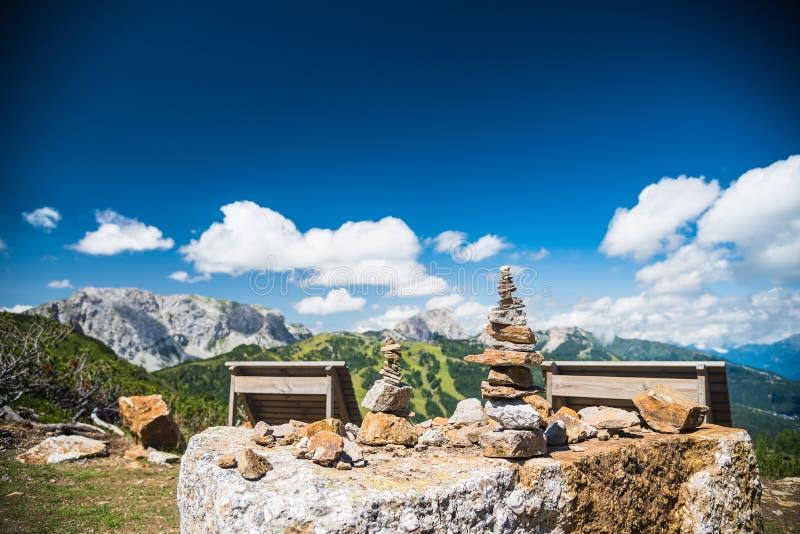 Close-up van opgestapelde stenen in de zomerbergen royalty-vrije stock foto