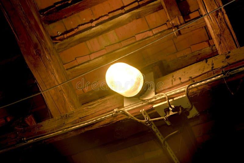 Close-up van oud de industrielicht in verlaten zolder stock afbeelding