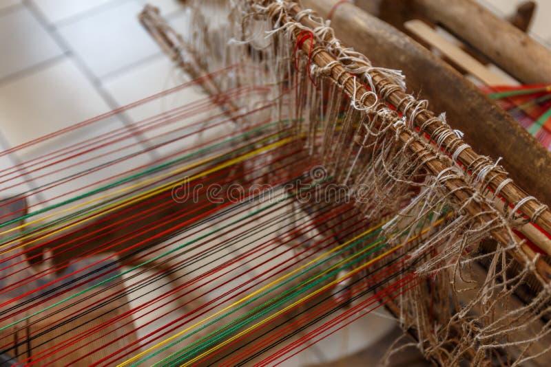 Close-up van oud Russisch traditioneel hand wevend weefgetouw, selectieve nadruk stock foto