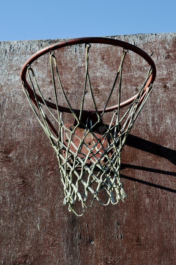 Close-up van oude basketbalrugplank en hoepel openlucht stock foto