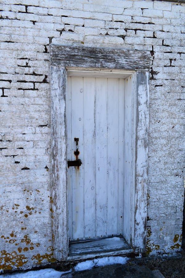 Close-up van oude doorstane deur bij Stoffenverver Cove op Kaap Elizabeth, de Provincie van Cumberland, Maine, New England, de V. stock afbeeldingen