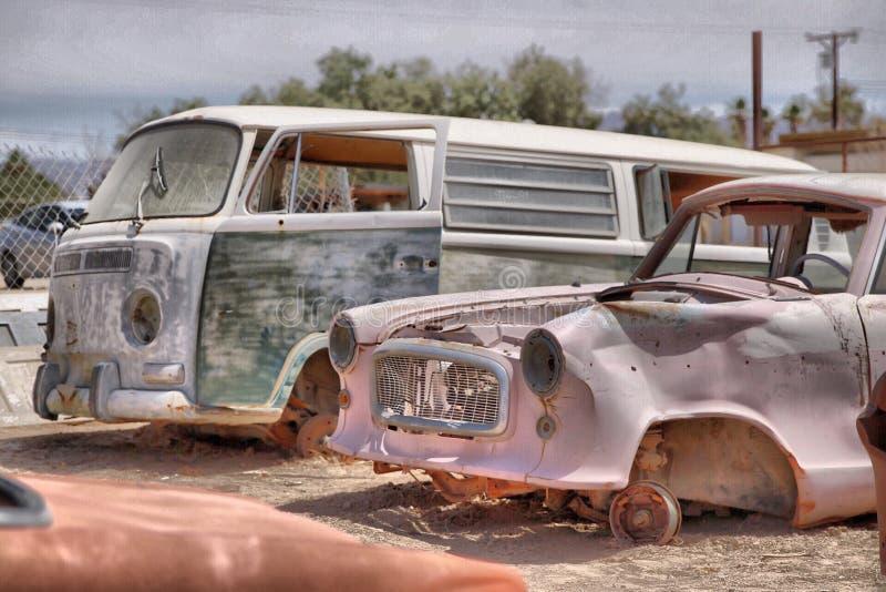 Close-up van oude roestige vernietigde voertuigen die in autobegraafplaats worden geschoten stock afbeeldingen
