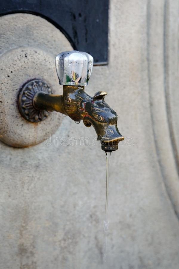 Close-up van oude straatwater het drinken fontein stock afbeelding