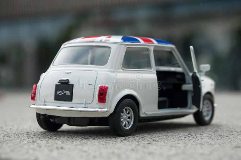 Close-up van oude witte minikuiper met Britse vlag op dak op gestenigde achtergrond royalty-vrije stock fotografie